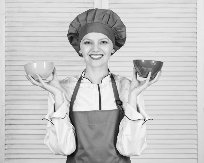 计算食物的正常部分 计算您的食物服务大小 饮食和节食的概念 妇女厨师举行碗 免版税库存图片