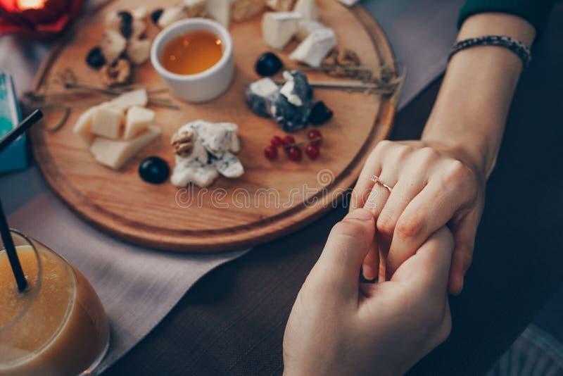 订婚在餐馆 免版税库存照片