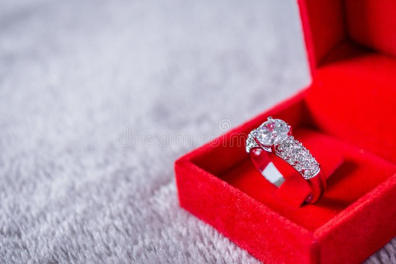 订婚婚礼在红色首饰盒的钻戒 库存图片
