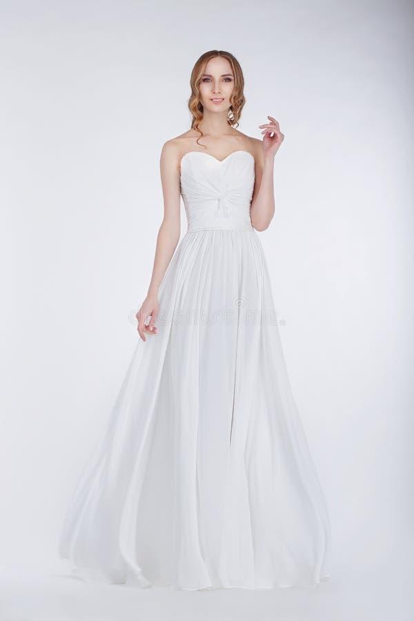 订婚 相当白色礼服的年轻新婚佳偶 免版税库存图片
