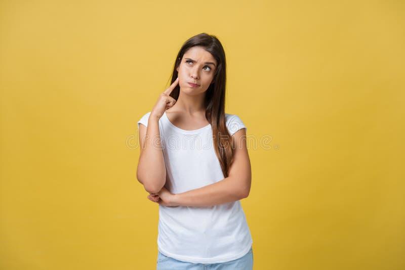 认为一个美丽的少妇的画象,隔绝在黄色背景 库存照片