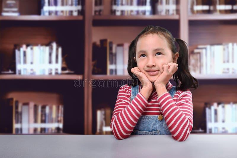 认为为新的想法的快乐的亚洲孩子 免版税库存图片