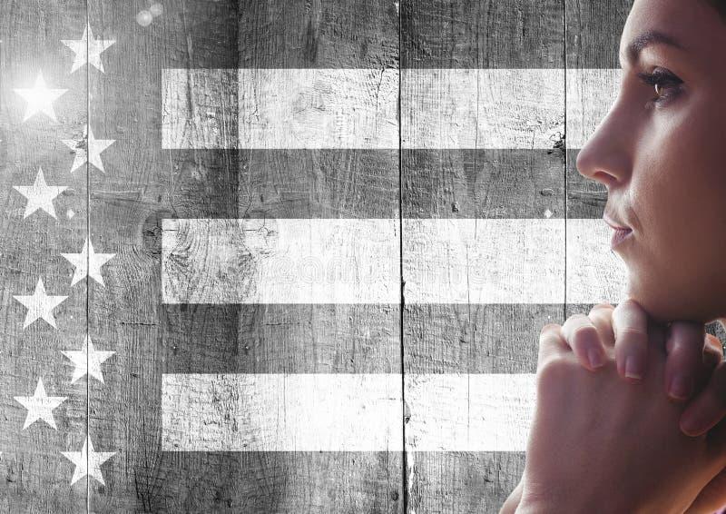 认为反对黑白美国国旗的妇女 免版税库存图片