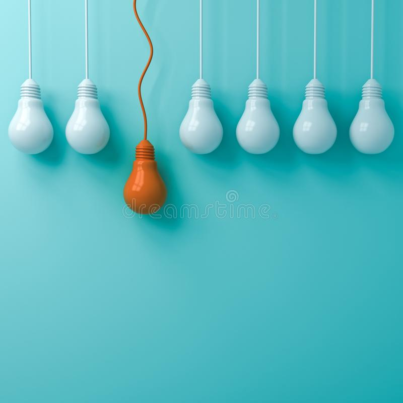 认为另外站立从在绿色淡色的昏暗的白光电灯泡的概念一个垂悬的橙色光电灯泡 向量例证
