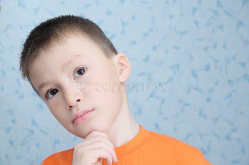 认为可爱的男孩画象特写镜头的想法,解决任务孩子 图库摄影