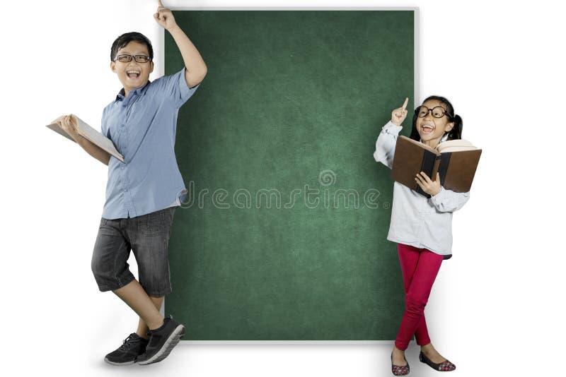 认为启发的两名讨厌的学生 免版税库存图片
