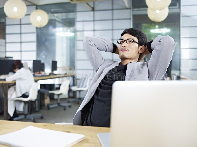 认为在办公室的年轻亚裔商业主管 库存照片