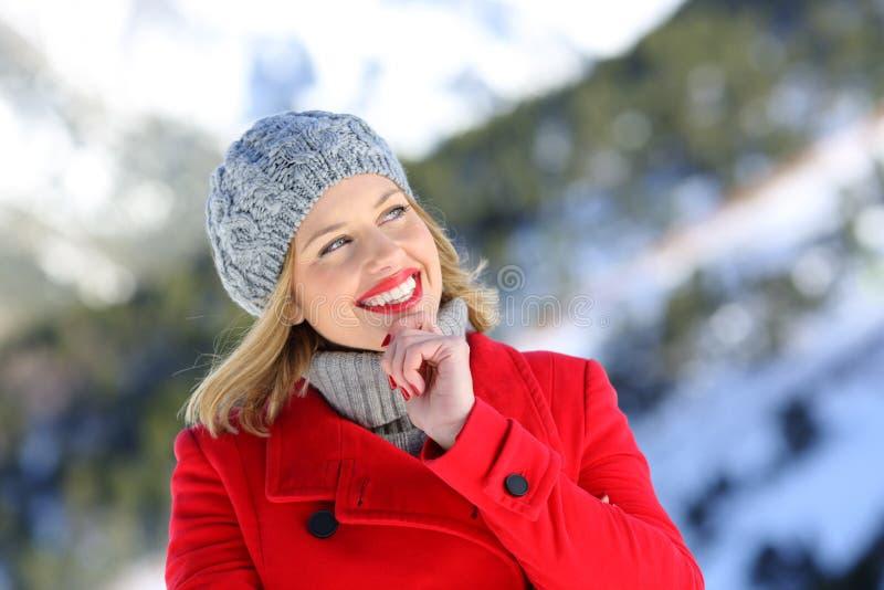 认为在山的美丽的妇女在冬天 免版税库存图片
