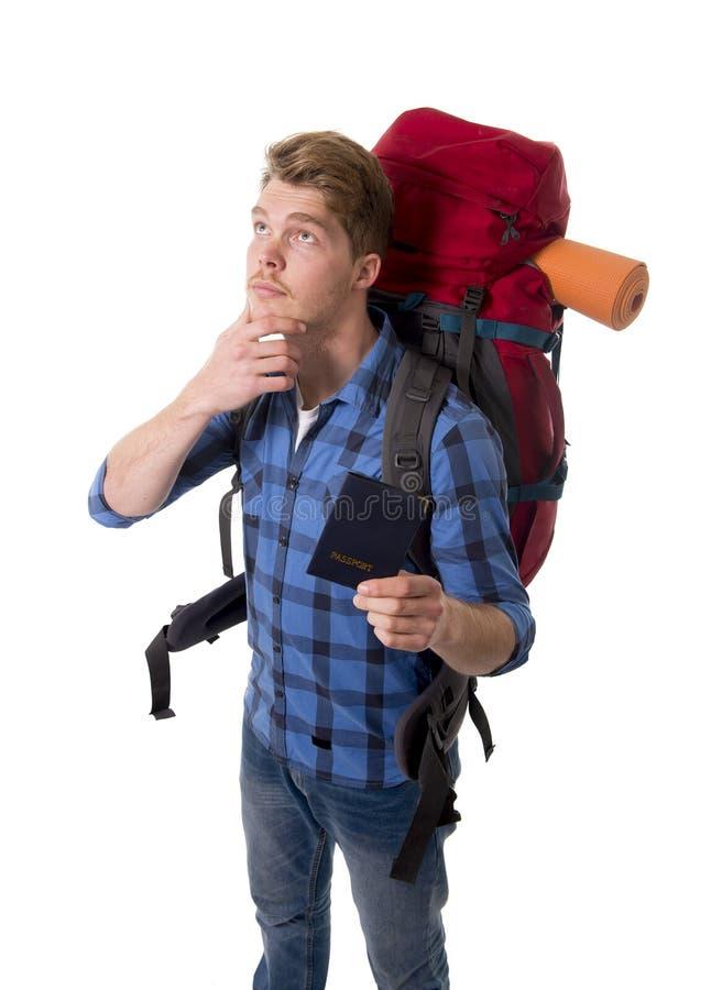 年轻认为在旅行目的地的背包徒步旅行者旅游举行的护照运载的背包 库存照片