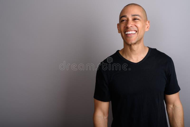 认为愉快的秃头的人画象微笑和 免版税库存照片