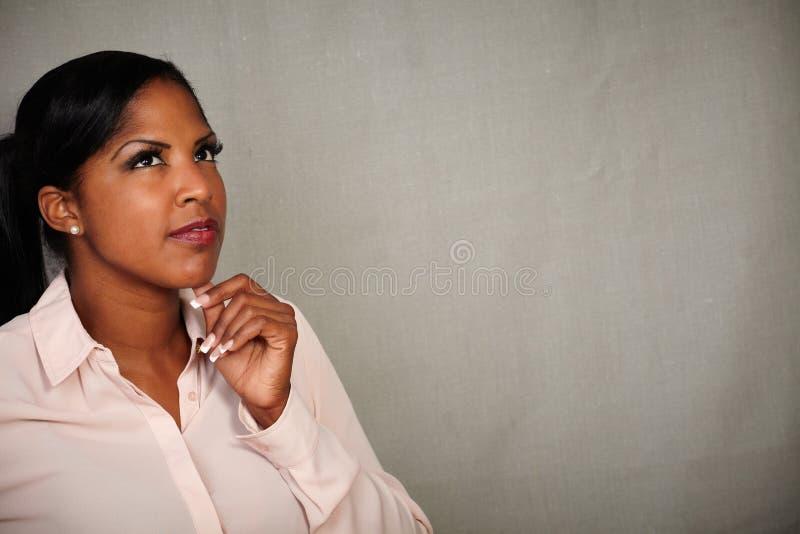 认为用在下巴的手的沉思非洲妇女 免版税库存图片