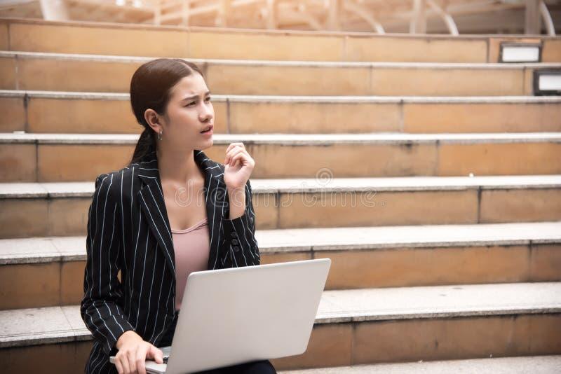 认为的女实业家开始新的认为项目在室外的事务和解决问题概念 库存图片