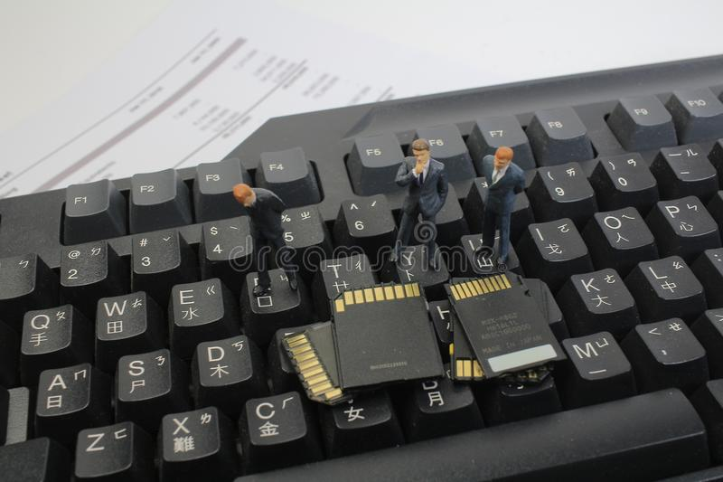 Download 认为的微型商人通过看存储卡 库存图片. 图片 包括有 汽车, 看板卡, 私有, 转储, 膝上型计算机, 人员 - 115210007