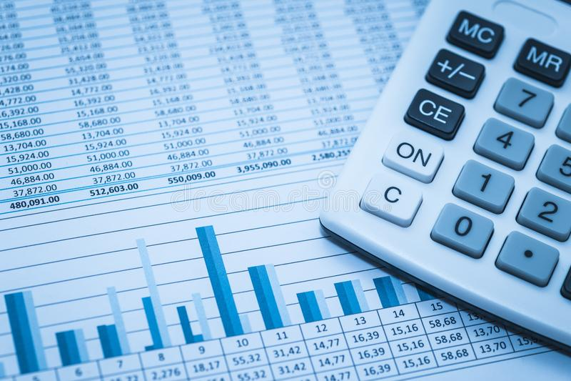 认为的财政银行股报表数据编号与在蓝色财务审计概念的计算器 库存照片