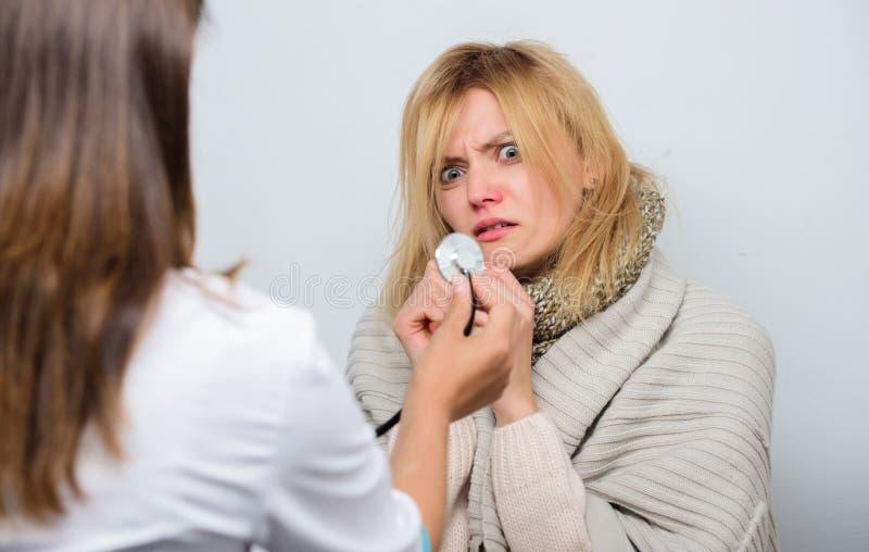 认可寒冷的症状 家庭参观的医生服务 身体检查 医生和耐心概念 成人热病 免版税库存图片