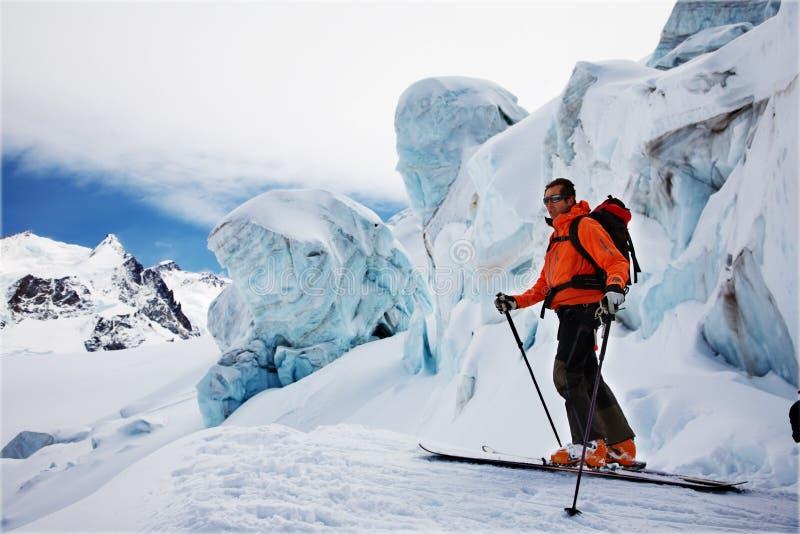 讨便宜者的滑雪者 库存图片