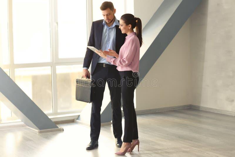 讨论年轻的经理问题 免版税库存照片