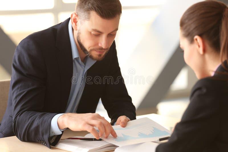 讨论年轻的经理问题 免版税库存图片