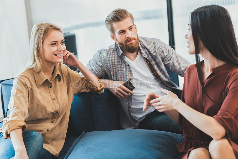 讨论感兴趣的办公室工作者有些问题 免版税库存照片
