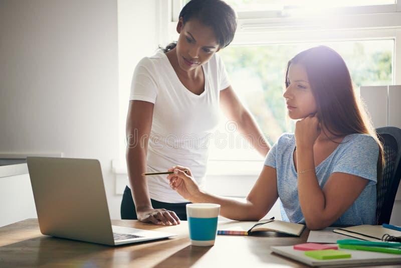 讨论的两个妇女商务伙伴 免版税库存照片