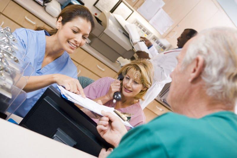 讨论的剪贴板护士 免版税库存照片