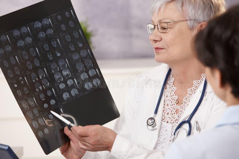 讨论的医生和的患者扫描结果。 免版税库存图片