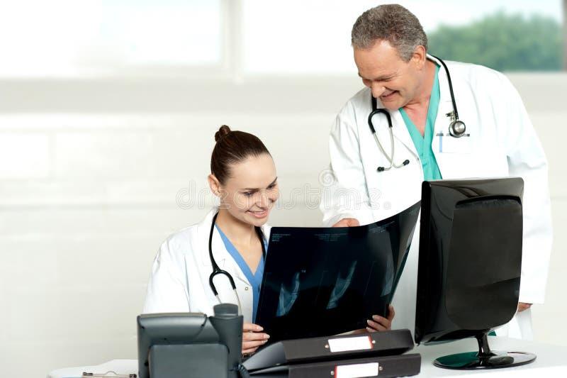 讨论的外科医生小组X-射线报表 免版税库存图片