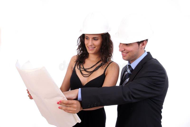 讨论的夫妇工程师愉快的新的项目 库存照片