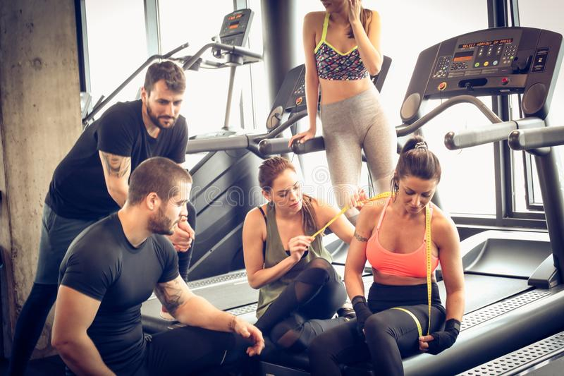让我们看我们的进展 健身房的朋友 免版税库存图片