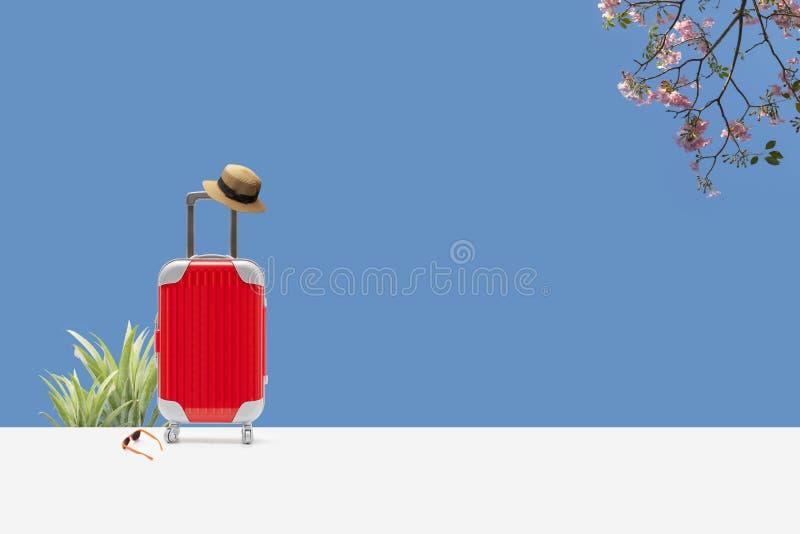 让我们走旅行概念 有拷贝空间的红色手提箱 图库摄影