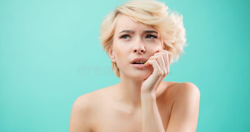 让我认为 关闭看半信半疑,体贴的美丽的妇女画象在旁边 免版税库存照片