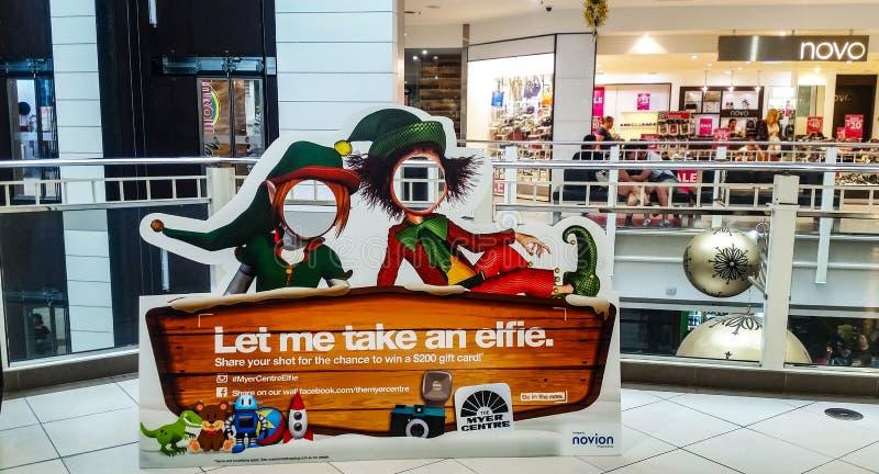 让我采取elfie照片海报人们在Myer中心能投入他们的头和采取图片设置在女王街道M 库存图片