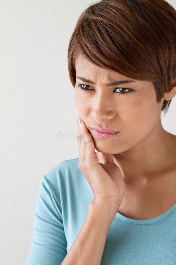 让有牙痛的,口头问题,忧虑心情妇女担心 免版税图库摄影