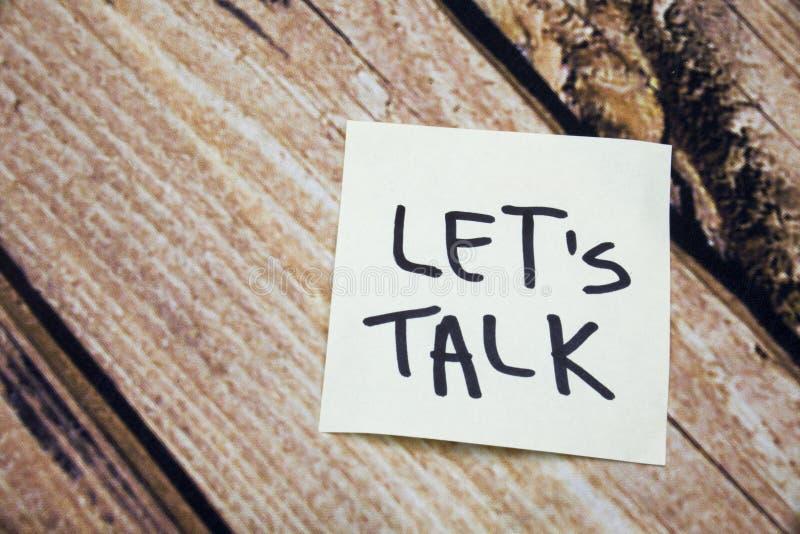让谈话在木吠声背景的概念词 在白皮书的手写的词与在木吠声的拷贝空间 Po 库存照片