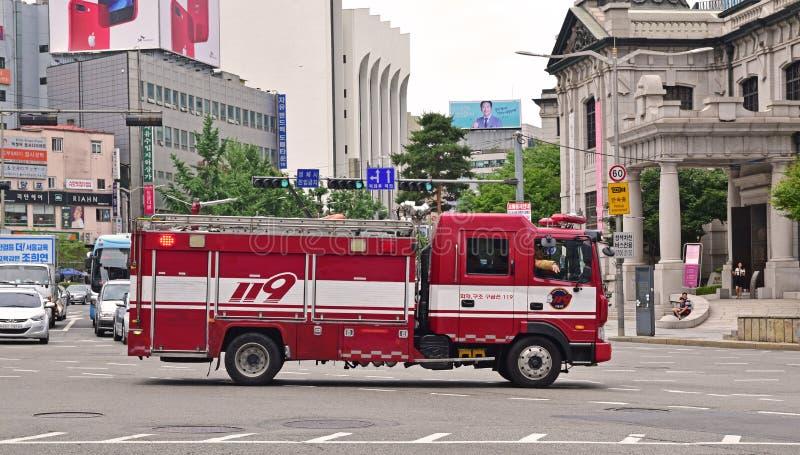 让路为汉城消防部门紧急使命的发动机的交通 免版税库存图片