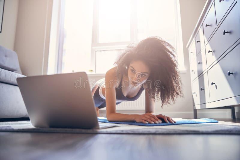 让黑发女性在网上训练的快乐 库存图片
