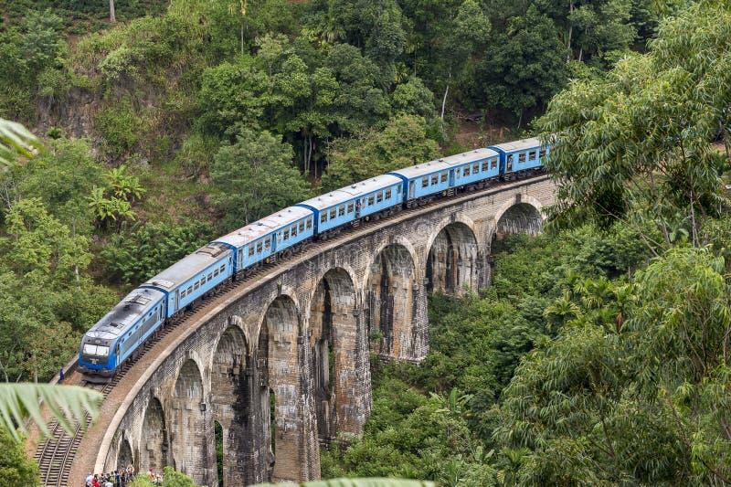 训练在九曲拱桥梁在斯里兰卡的小山国家 免版税图库摄影