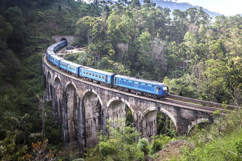 训练在九曲拱Demodara桥梁或桥梁在天空 位于Demodara在埃拉市附近,斯里兰卡 库存图片