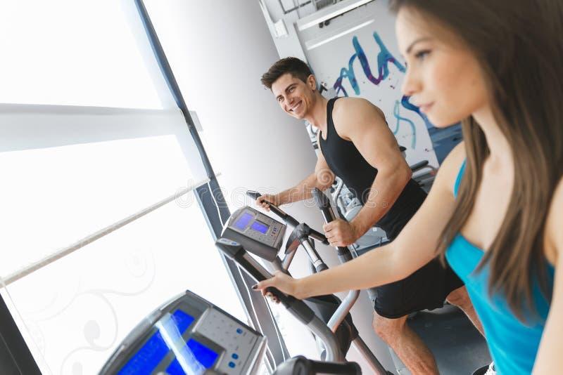 训练在健身房的人们 库存图片