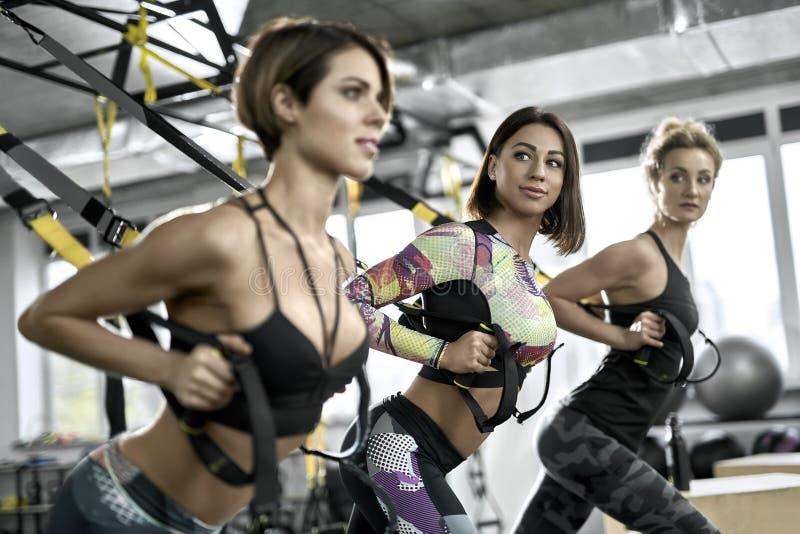 训练在健身房的嬉戏女孩 图库摄影
