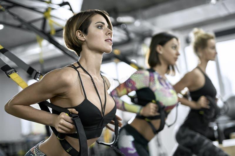 训练在健身房的嬉戏女孩 库存图片