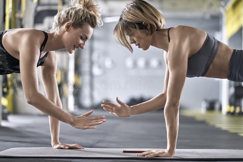 训练在健身房的嬉戏女孩 免版税图库摄影
