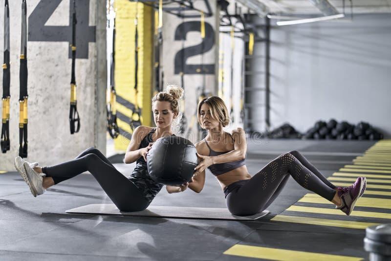 训练在健身房的嬉戏女孩 免版税库存图片