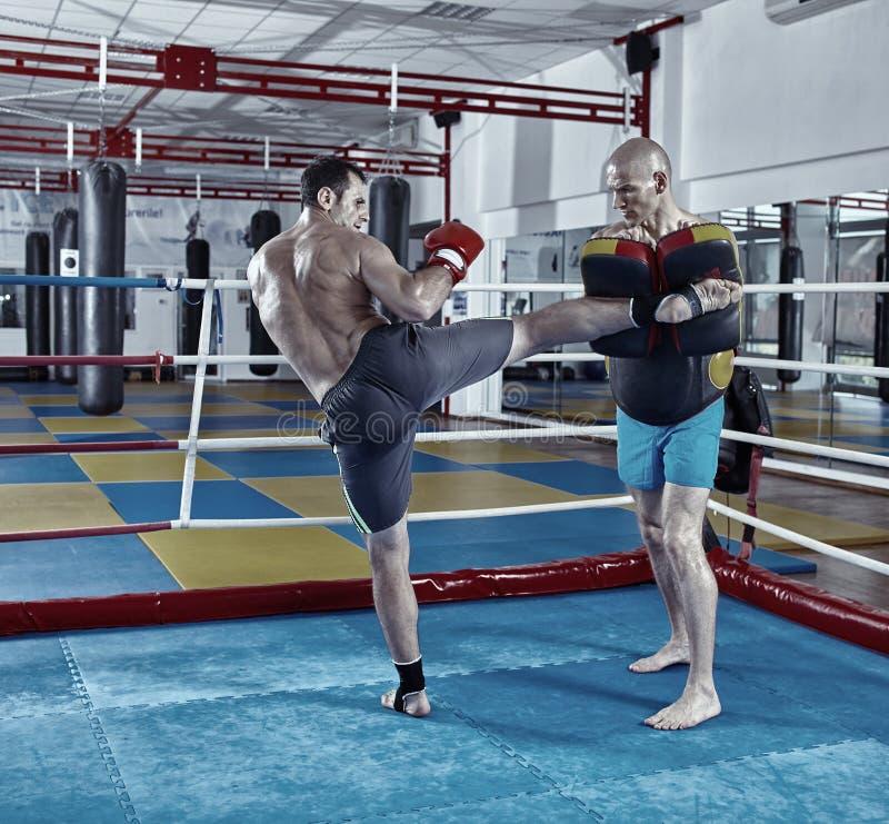 训练在圆环的Kickbox战斗机 免版税库存照片