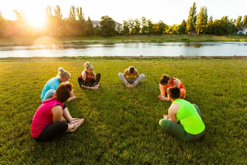 训练在圈子的小组活跃妇女 库存照片