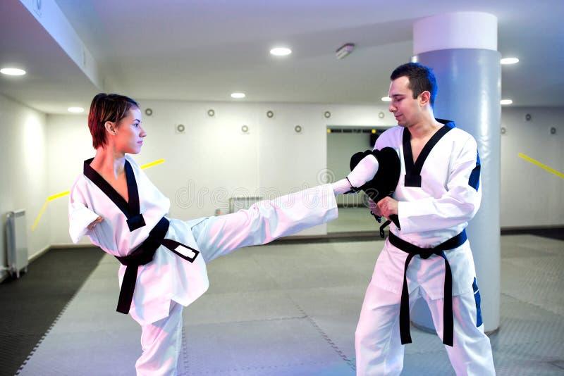 训练尽管她的伤残的虔诚年轻女人巴拉跆拳道 免版税库存图片