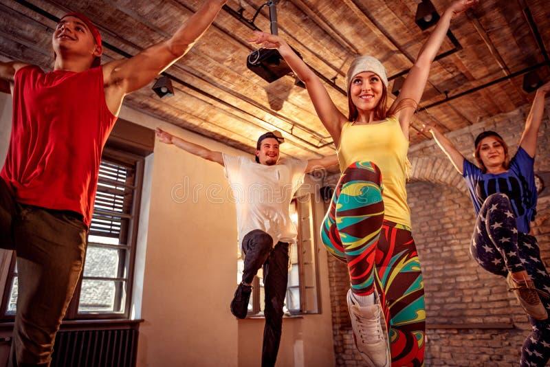 训练现代舞的专业舞蹈家在演播室 体育,丹 免版税库存照片