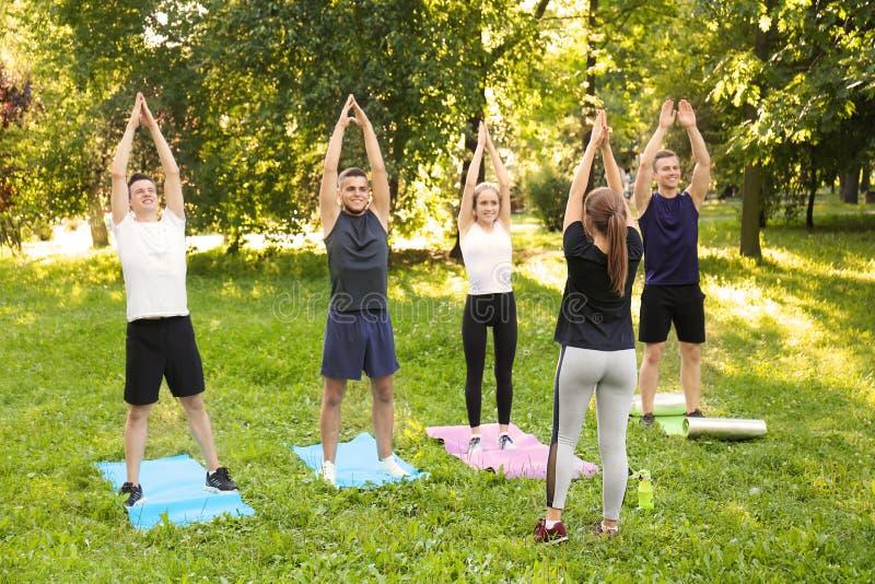 训练运动的年轻人户外 库存图片