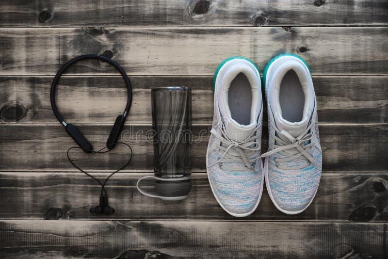 健身和健康活跃生活方式背景概念 训练运动鞋、水瓶和耳机在木背景 ?? 库存照片