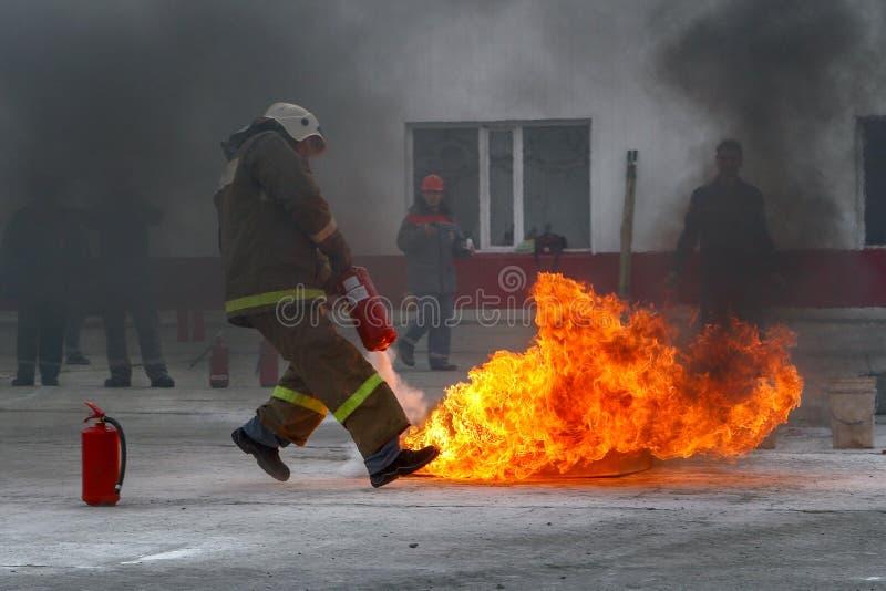 训练靶场的训练消防队员 免版税库存照片